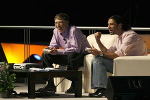 Rafa Marquez juega xbox contra Bill Gates